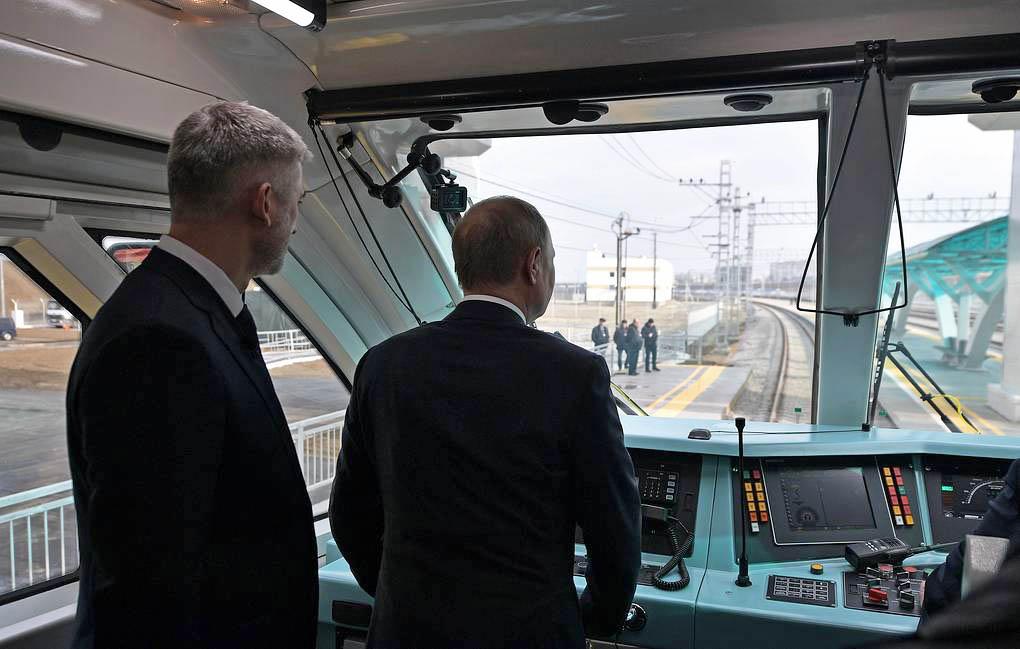 Путин на поезде открыл железнодорожное сообщение по Крымском мосту